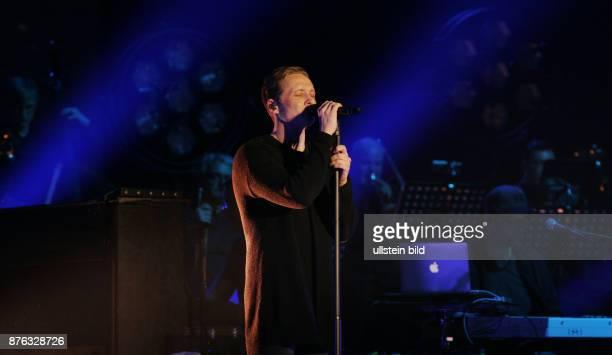 Schauspieler und Sänger Matthias Schweighöfer aufgenommen bei seinem CD Release Konzert zu lachen weinen tanzen im Tempodrom in Berlin Kreuzberg...