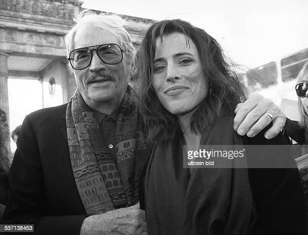 Schauspieler USA mit seiner Tochter Cecila vor dem Brandenburger Tor Foto Erika Rabau