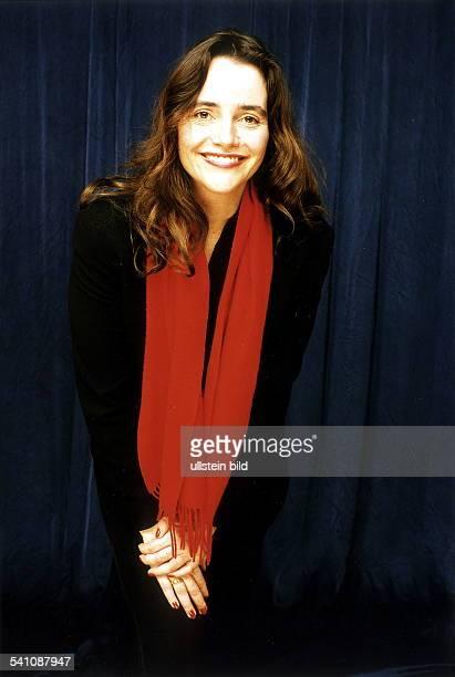 Schauspielerin Dposiert mit rotem Schal Februar 2000