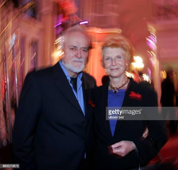 Schauspielerin Irm Hermann und Ehemann Dietmar Roberg auf der Gala Künstler gegen Aids im Theater des Westens in Berlin