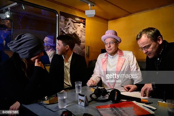 Schauspielerin Katie Karrenbauer Schauspieler Hanno Koffler Regisseur Rosa von Praunheim und Moderator Knut Elstermann im RadioEinsBus anlässlich der...
