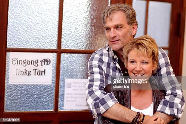Schauspielerin Mariele Millowitsch und Schauspieler Walter Sittler bei den Dreharbeiten zum ZDFKomödie 'Der große Schwindel' in Köln