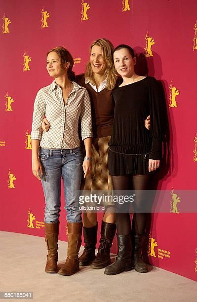 Schauspielerin Stefanie Stappenbeck Regisseurin Vanessa Jopp Mitte9 und Schauspielerin Meret Becker anlässlich der Präsentation des Films Komm Näher...