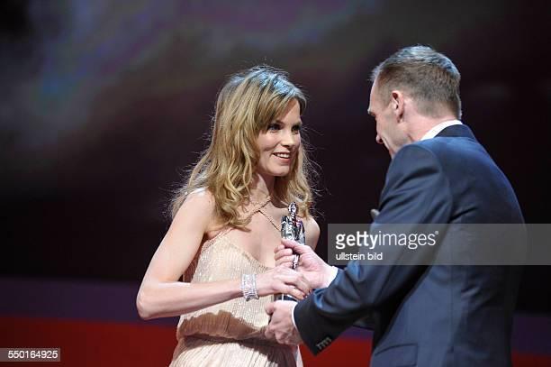 Schauspielerin Sylvia Hoeks erhält den Shooting Star Award aus der Hand von Schauspieler Ralph Fiennes während der 61 Internationalen Filmfestspiele...