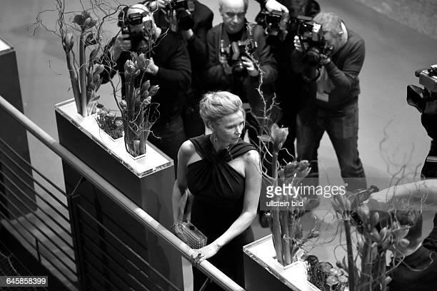 SchauspielerinVeronica Ferres umringt von Fotografen während des Eröffnungsempfangs anlässlich der 65 Internationalen Filmfestspiele Berlin