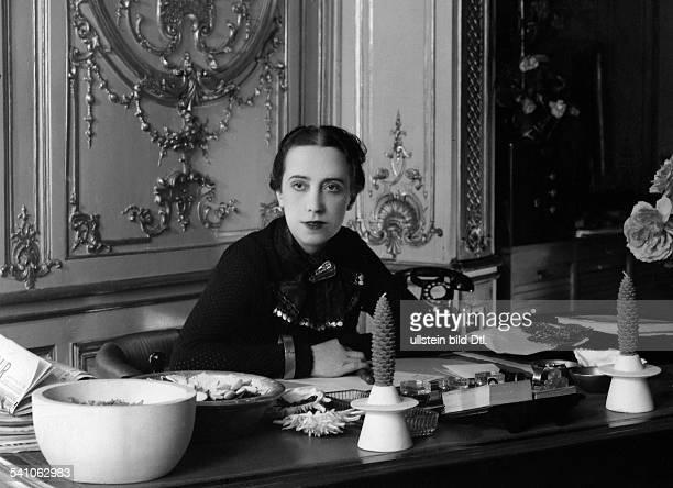 Schiaparelli Elsa *18951973Modeschöpferin ItalienPorträt am Schreibtischveröffentlicht Dame 20/1937Foto Studio Dorvyne