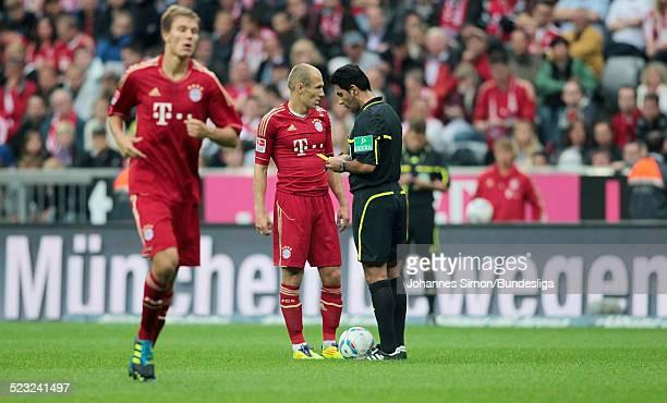 Schiedsrichter Babak Rafati ermahnt BayernSpieler Arjen Robben beim BundesligaSpiel zwischen dem FC Bayern Muenchen und Borussia Moenchengladbach am...