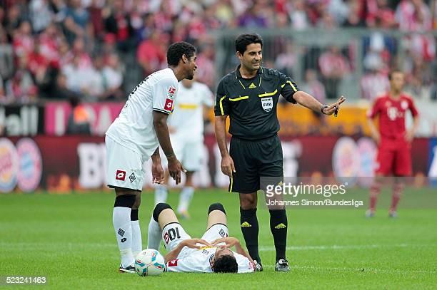 Schiedsrichter Babak Rafati unterbricht das spiel wegen einer Verletzung von BorussiaSpieler Igor de Camargo beim BundesligaSpiel zwischen dem FC...