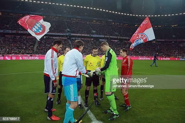 Schiedsrichter Guido Winkmann und seine beiden Assistenten Christian Bandurski und Frederick Assmuth bei der Seitenwahl vor dem BundesligaSpiel FC...