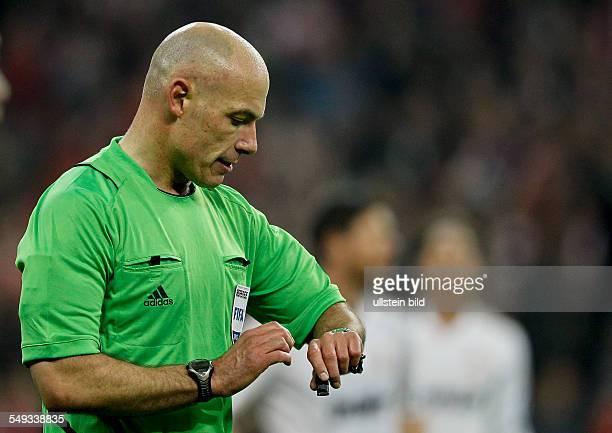 Schiedsrichter Howard Webb blickt auf seine Uhr waehrend dem UEFA Champions League Halbfinale Hinspiel zwischen den FC Bayern Muenchen und Real...