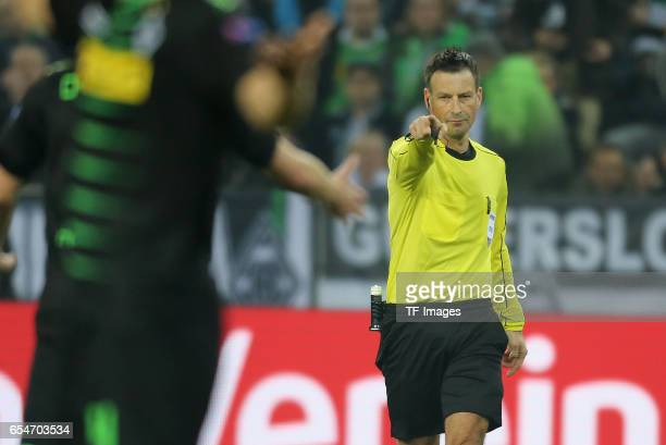 Schiedsrichter Mark Clattenburg zeigt auf dem Elfmeterpunkt im Gladbacher Strafraum gesturesl during the UEFA Europa League Round of 16 second leg...