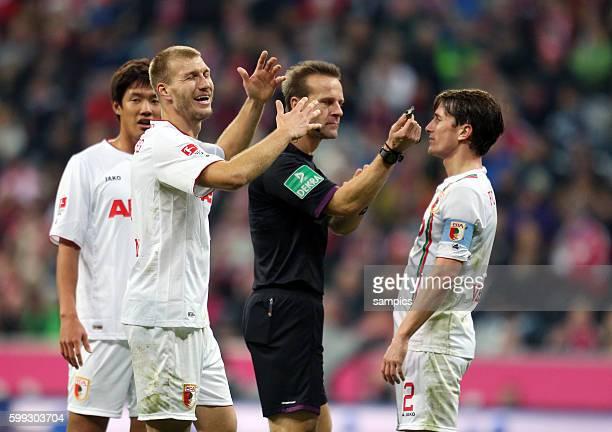 Schiedsrichter Peter Gagelmann pfiefft Elfmeter wegen Handspiel Paul Verhaegh FC Augsburg 1 Bundesliga Fussball FC Bayern München FC Augsburg 30...