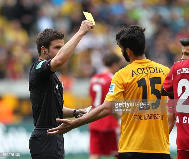 Schiedsrichter Referee Harm Osmers gelbe Karte zeigend Mohamed Amine Aoudia Sport Fußball Fussball zweite 2 Bundesliga Herren Saison 2013 SG Dynamo...