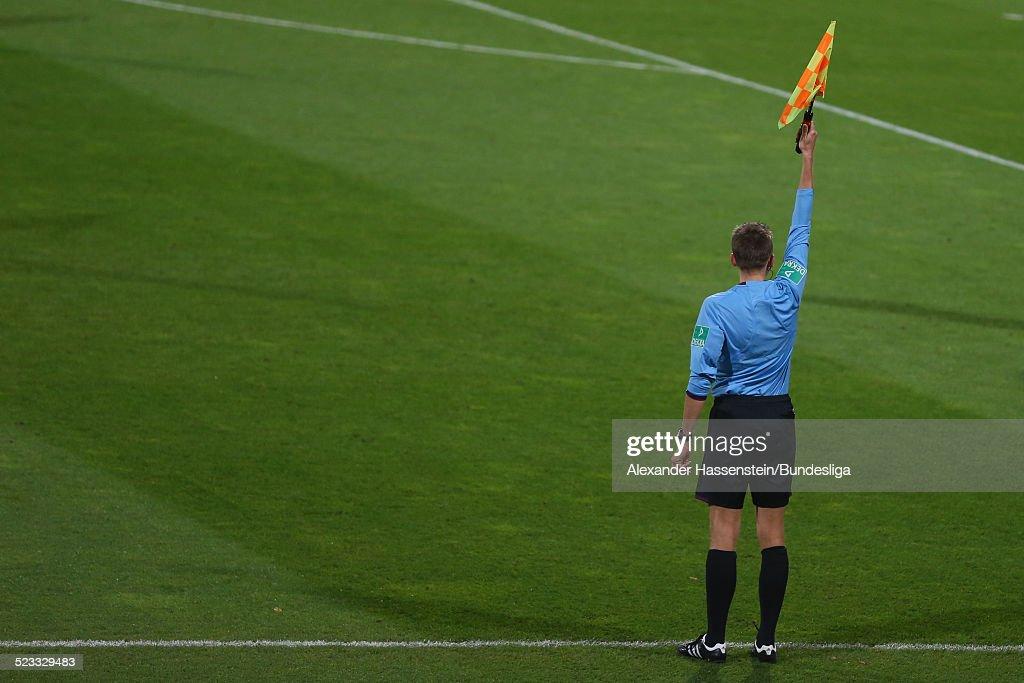 Schiedsrichterassistent waehrend des Bundesligaspiels zwischen 1FC Nuernberg und Eintracht Frankfurt im Easy Credit Stadion am 21 September 2012 in...