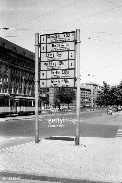 schild mit entfernungsangaben am mehringdamm in berlin kreuzberg pictures getty images. Black Bedroom Furniture Sets. Home Design Ideas