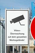 Schild Video-Überwachung auf dem gesamten Werksgelände