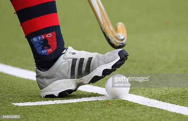 Schlaeger Schläger Ball auf Linie Kelle feature adidas Sportschuh Logo Sport Hockey Bundesliga Damen Halbfinale um die Deutsche Meisterschaft Saison...