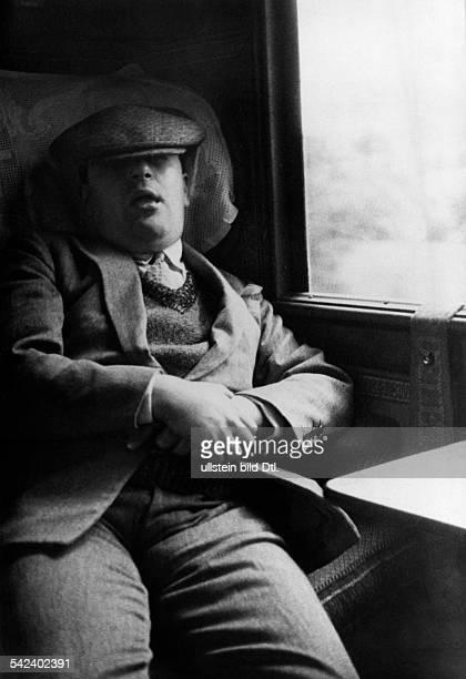 Schlafender Mann in einem Abteil 1931 erschienen in Gruene_Post 30/1931 Fotografie Heinrich Guttmann