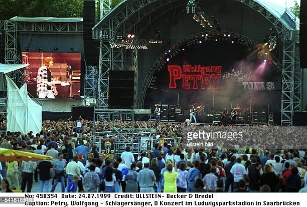 Schlagersänger DKonzert während seiner 'einfach geil ' Tour 99 im Ludwigsparkstadion in SaarbrückenBlick über das Publikum auf die Bühne und...