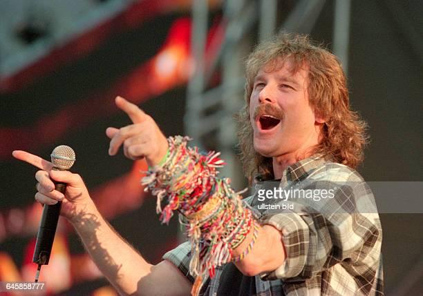 Schlagersänger Wolfgang Petry singt während eines Konzerts im Rudolf Harbig Stadion in Dresden