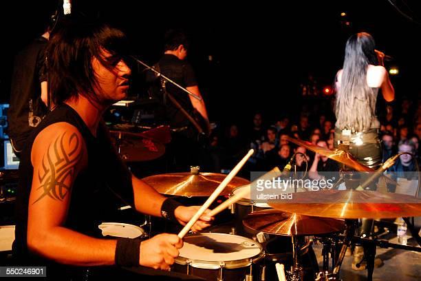 Schlagzeuger Philipp Schadebrodt während eines Konzertes im ColumbiaClub in Berlin