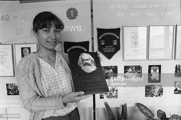 Schülerin der MJ Kalinin Berufsschulein Cottbus zeigt die Chronik der Schule 1984