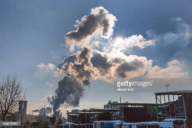 Schlot eines Industriebetriebes mit Rauch Symbolfoto für Umweltschutz und Ozon