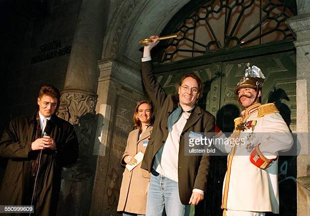 Schluesseluebergabe vom Land Berlin an die Genossenschaft Stadtbad Oderberger Strasse Kaiser Wilhelm II Bernd Holtfreter Tanja Henrich stellv...