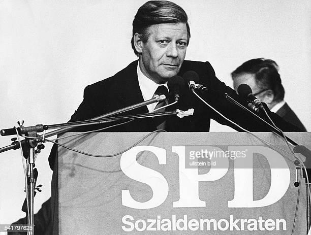 Schmidt Helmut * Politiker SPD DBundeskanzler 19741982 waehrend einer WahlkampfRede 1976