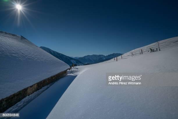 Schneeschuhwanderung im Gegenlicht in den bayrischen Alpen