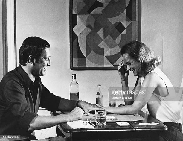 Schneider Romy *Schauspielerin D spielt in einer Szene mit Maurice Ronet Karten an einem Tisch in 'Der Swimmingpool' Regie Jacques Deray 1969