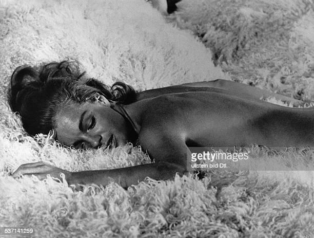 Schneider Romy Schauspielerin D Rollenportraet mit Alain Delon in dem Film 'Der Swimmingpool' F/I Buch JeanClaude Carriere Jean Emmanuel Conil...