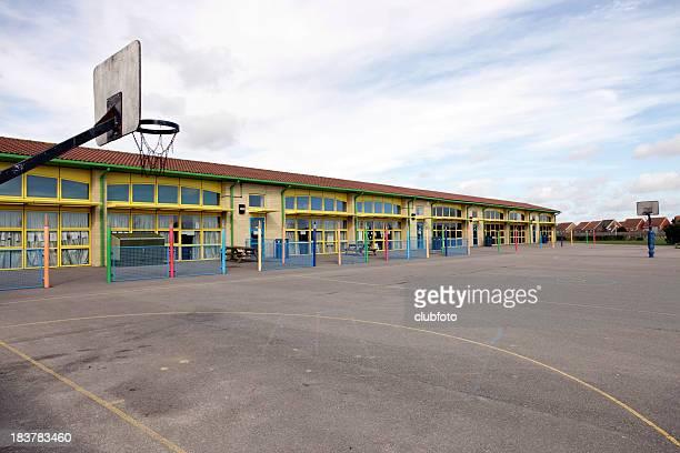 Bâtiment de l'école et terrain de jeu