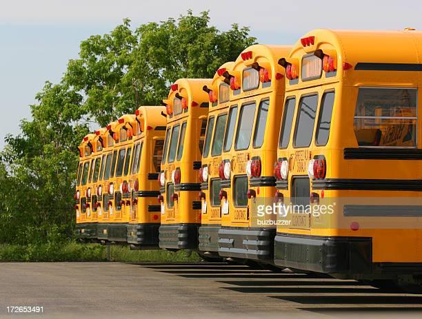 Los autobuses escolares estacionamiento sin servicio de valet