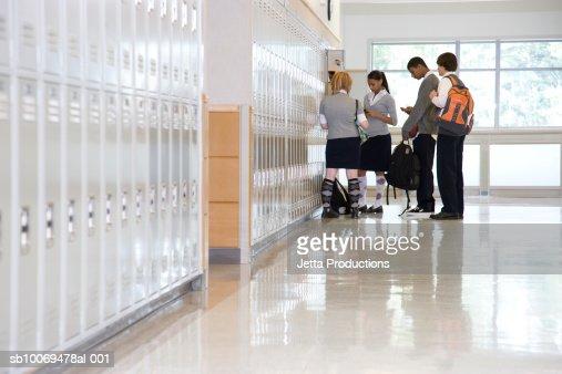 Élève de casiers dans le couloir : Photo
