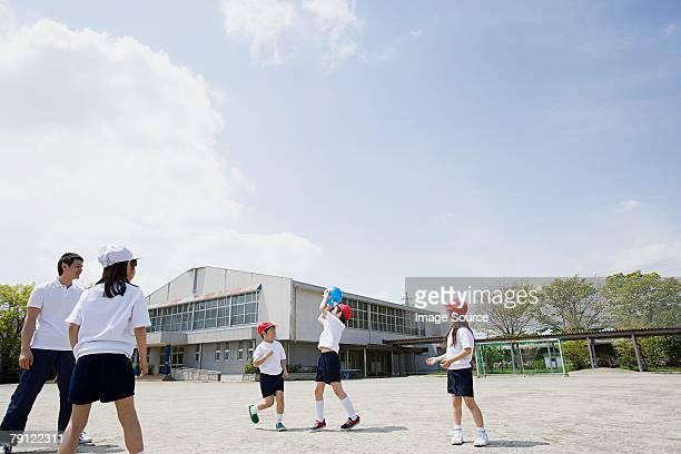 École enfants jouant un match de base-ball