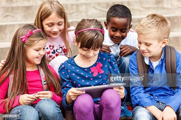 Schulkinder mit digitalen tablet im Freien