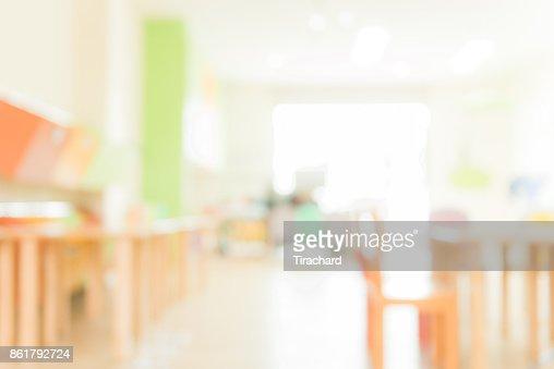 Schulklasse in Unschärfe Hintergrund ohne junge Studentin; Verschwommene Sicht auf elementare Klasse Zimmer kein Kind oder Lehrer mit Stühlen und Tischen auf dem Campus. Vintage-Effekt Stil Bilder. : Stock-Foto
