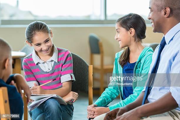 Escuela primaria asesor conversaciones con una gran diversidad de estudiantes