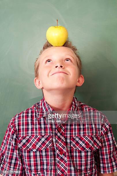 L'école: Petit garçon avec Apple sur sa tête