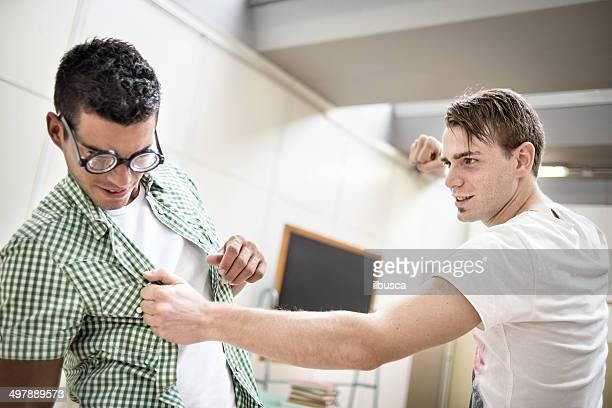 L'éducation scolaire scène: bully frapper Grand dadais