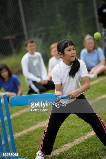 school girl playing cricket : Foto de stock