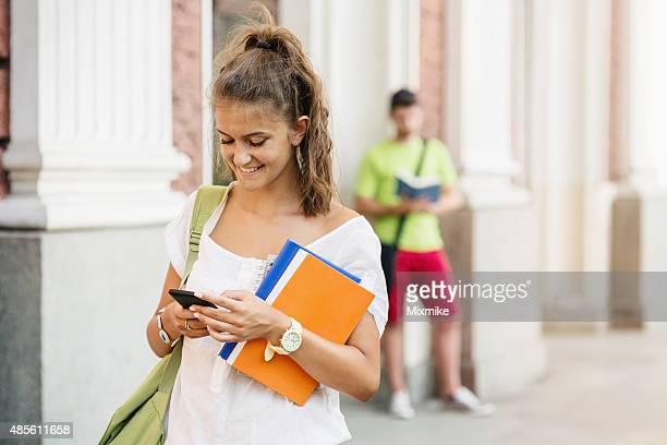 Schule Mädchen SMS auf ein Handy