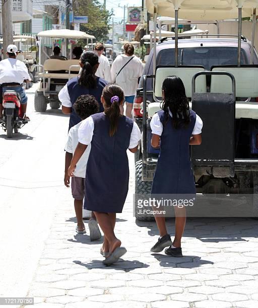 École filles sur les rues de San Pedro