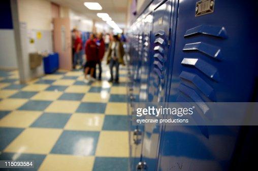 Armadietti nel corridoio di scuola