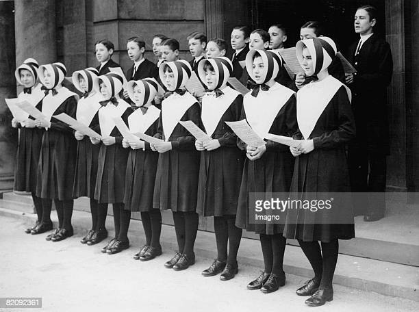 School kids of the Blue Coat Hospital School in Liverpool rehearsing Christmas carols for the Christmas party Photograph 1936 [Schulkinder der Blue...