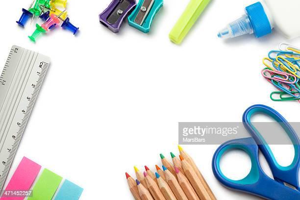 Materiale scolastico su bianco bordo