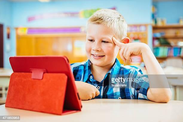 Schulkind-Nur Jungen Lesen von digital tablet