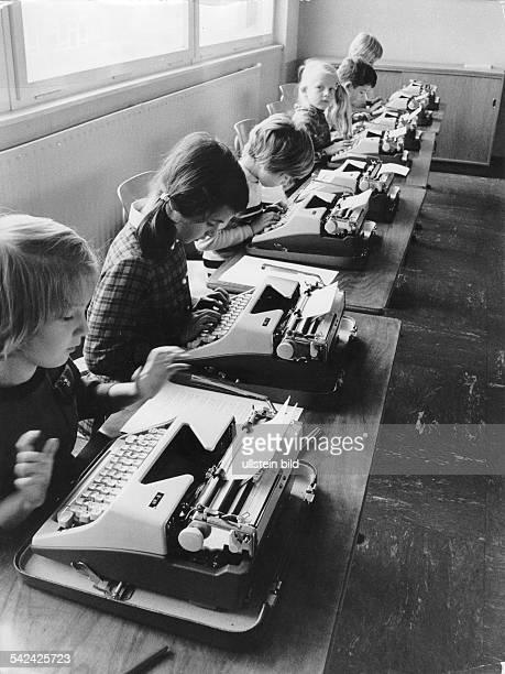 Schreibmaschinen Unterricht an der Grundschule am Regenweiher in Berlin Gropiusstadt 1967