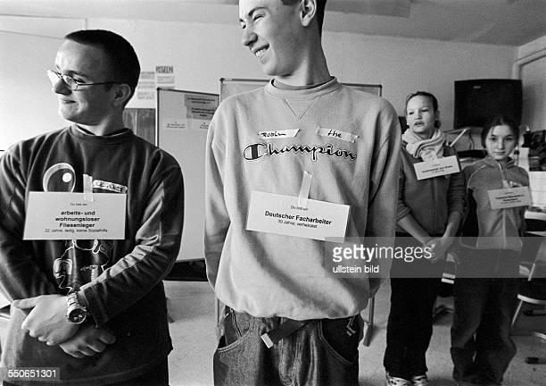 Schulprojekttage 'Netzwerk fuer Courage und Demokratie' mit Spielen und Gespraechen soll den Jugendlichen vermittelt werden was Ausgrenzung oder Mut...